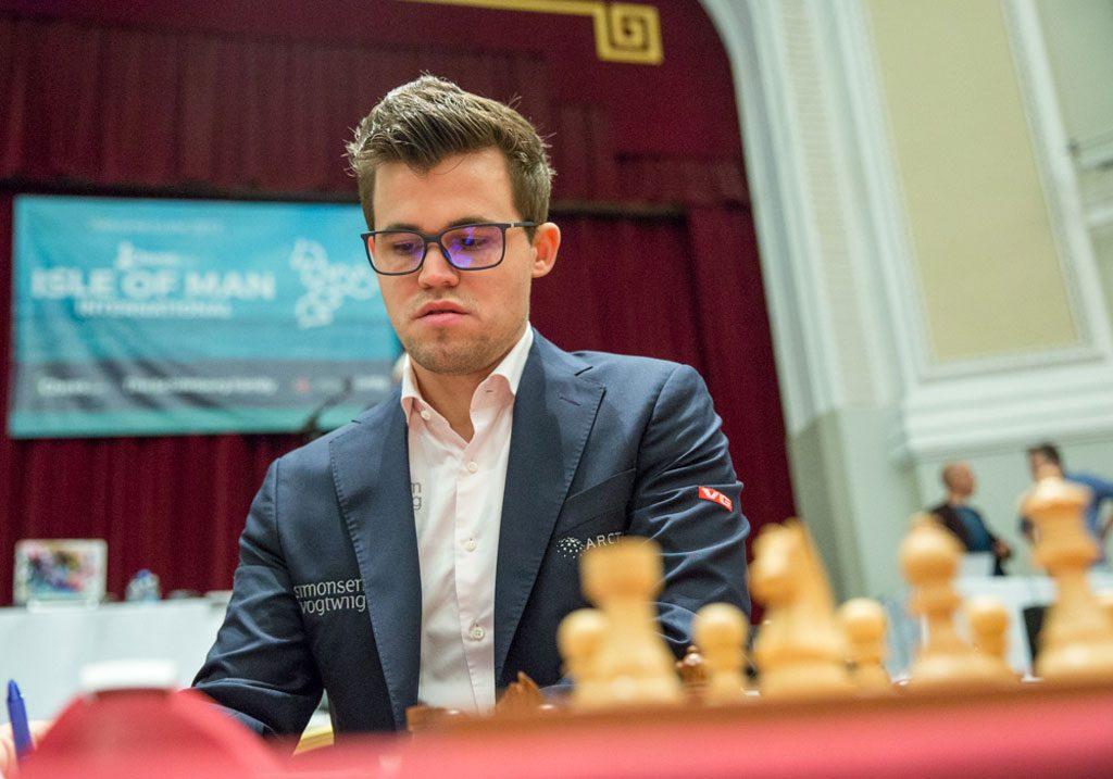 ENDELIG: Alt ligger til rette for at Magnus Carlsen endelig skal ta årets første turneringsseier med lang betenkningstid. Foto: Maria Emelianova/chess.com
