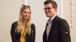 PAR: Magnus Carlsen med kjæresten Synne Christin Larsen før sjuende runde på Isle of Man fredag. Foto: Maria Emelianova