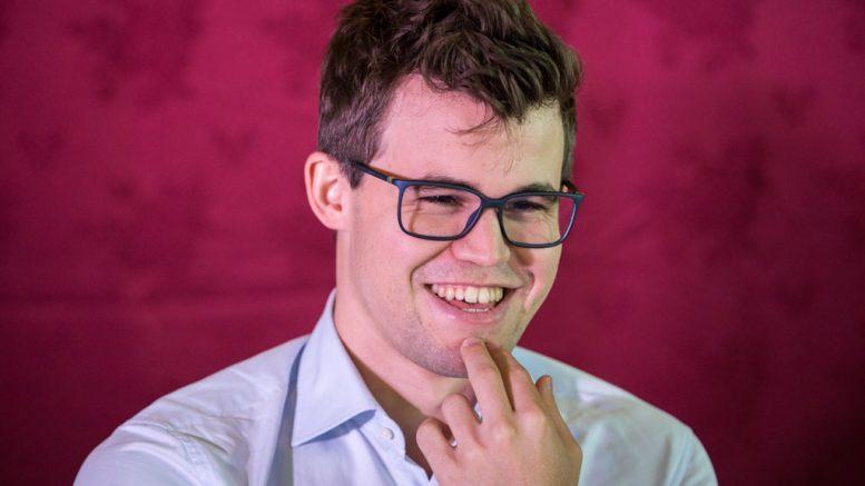 BLID: En strålende fornøyd Magnus Carlsen snakker med chess.com etter sin femte seier på Isle of Man. Foto: Maria Emelianova/chess.com