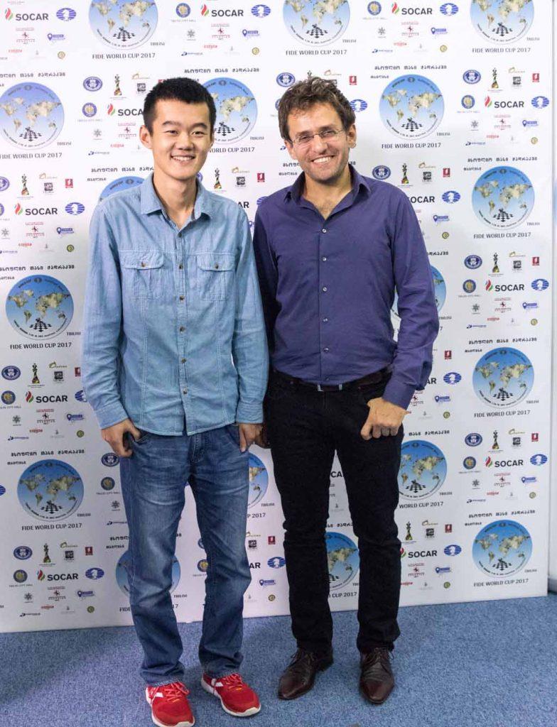 KANDIDATKLARE: Levon Aronian og Ding Liren poserer etter å ha slått ut sine motstandere. Finalen begynner fredag og går over fire partier. Foto: Maria Emelianova/chess.com