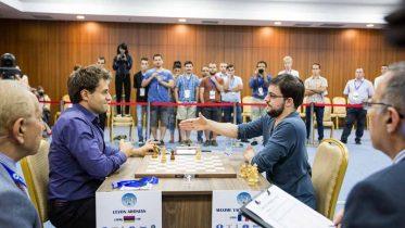 ENDELIG: Maxime Vachier-Lagrave gir opp det avgjørende niende partiet mot Levon Aronian. Armeneren er klar for finalen i FIDE World Cup. Foto: Maria Emelianova/chess.com