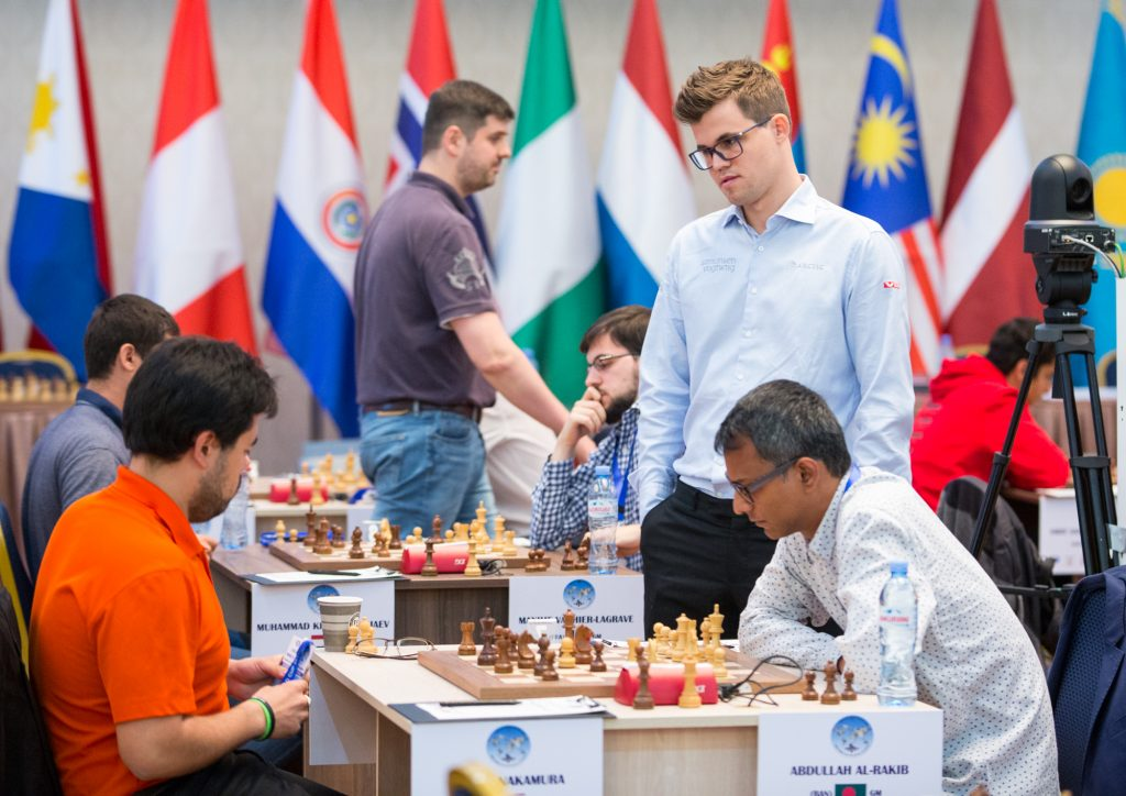 Magnus Carlsen kikker på oppgjøret mellom Hikaru Nakamura og Abdullah Al-Rakib fra Bangladesh. Foto: Maria Emelianova/mattogpat.no