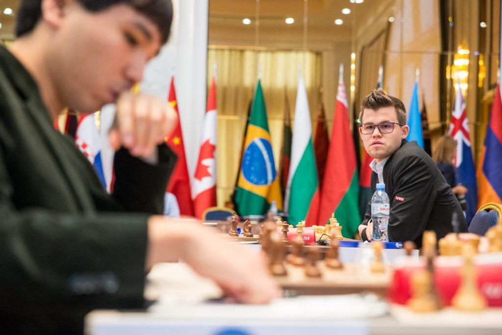 RIVAL: Wesley So i forgrunnen er blant konkurrentene som må gjennom omspill for å gå videre ti World Cup. Foto: Maria Emelianova/mattogpatt.no
