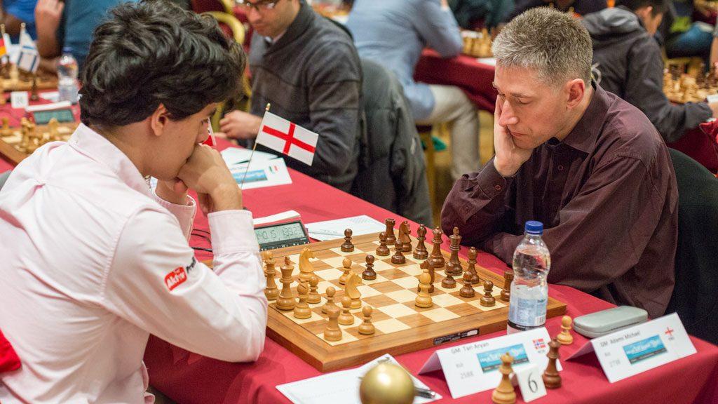 STORMØTE: Aryan Tari (18) med remis mot verdensstjernen Michael Adams. Foto: Maria Emelianova/chess.com