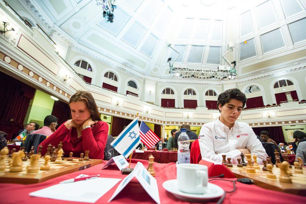 Aryan Tari ved siden av Anna Zatonskih, som sto for rundens sensasjon da hun slo Boris Gelfand. Foto: Maria Emelianova/chess.com
