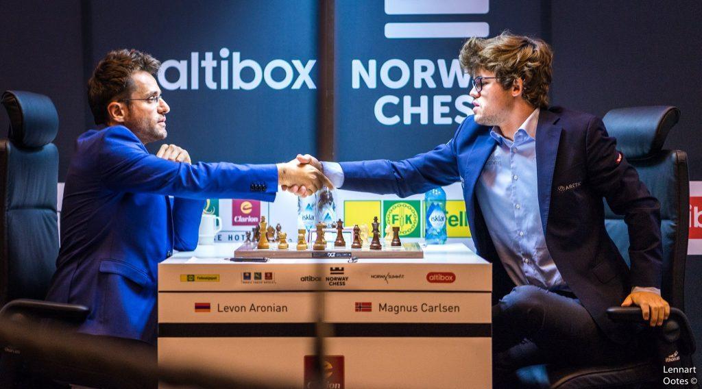 Magnus Carlsen gir opp mot Levon Aronian i et minneverdig parti. Foto: Lennart Ootes