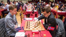 SEIER: Magnus Carlsen åpnet med seier mot Bardur Birkisson på Isle of Man. Foto: Maria Emelianova/chess.com