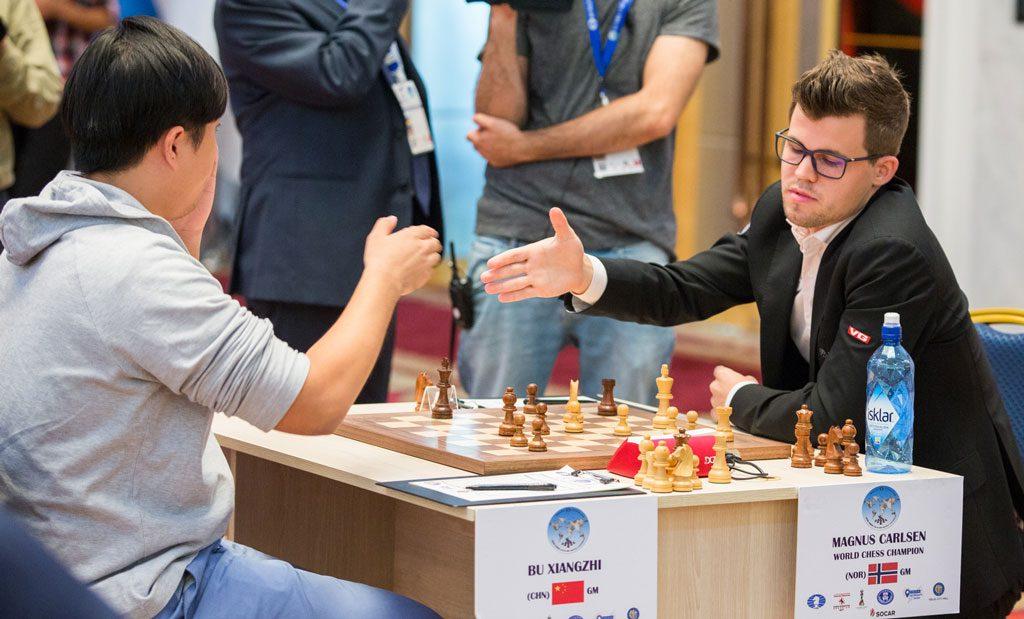 NEDTUR: Magnus Carlsen med sitt femte tap i 2017 da han måtte ned mot Bu Xiangzhi. Foto: Maria Emelianova/chess.com