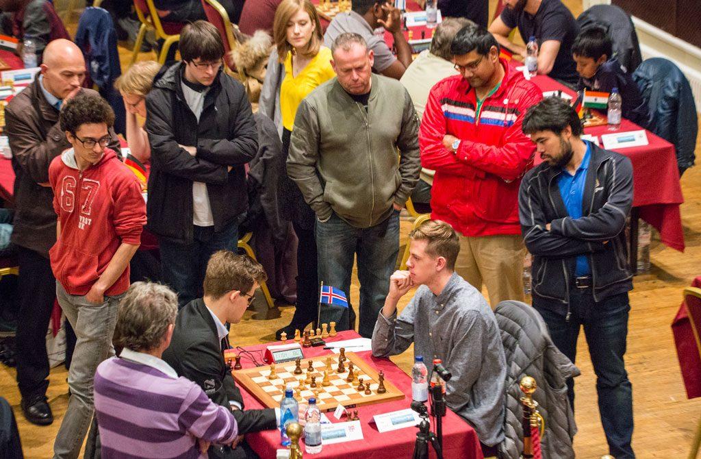 OPPMERKSOMHET: Stor interesse for partiet mellom Carlsen og Birkisson, blant annet fra Fabiano Caruana og Hikaru Nakamura. Foto: Maria Emelianova/chess.com