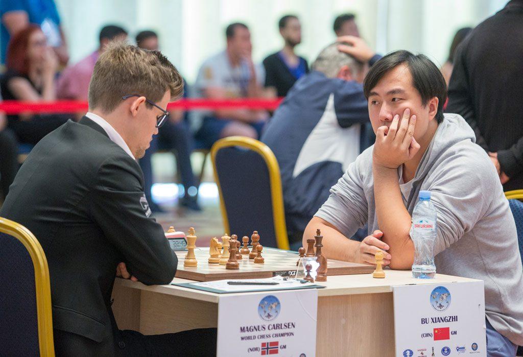 Bu Xiangzhi har ett bein i 8-delsfinalen etter seier i første part. Nå trenger han bare remis med hvite brikker. Foto: Maria Emelianova/chess.com