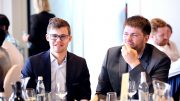 TEAM CARLSEN; Magnus Carlsen har med seg både sekundant Peter Heine Nielsen, pappa Henrik Carlsen og kokk Magnus Forsell. Foto: tbilisi2017.fide.com/FIDE World Cup