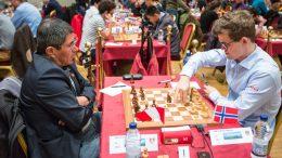 GENERASJONSMØTE: Magnus Carlsen med lett seier over Julio Granda Zuniga (50) på Isle of Man. Foto: Maria Emelianova/chess.com