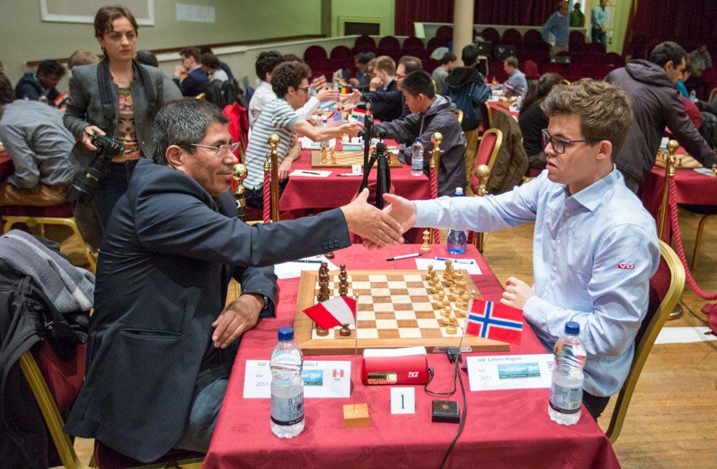 Carlsen og Granda Zuniga hilser på hverandre. Foto: Maria Emelianova/chess.com