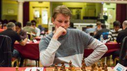 FLAKS: Johan-Sebastian Christiansen mener han hadde flaks som vant i sjette runde på Isle of Man. Foto: Maria Emelianova/chess.com