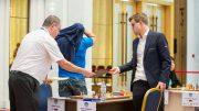 SEIER: Magnus Carlsen med overbevisende seier i det første partiet mot Alexey Dreev i FIDE World Cup. Foto: Maria Emelianova/mattogpatt.no
