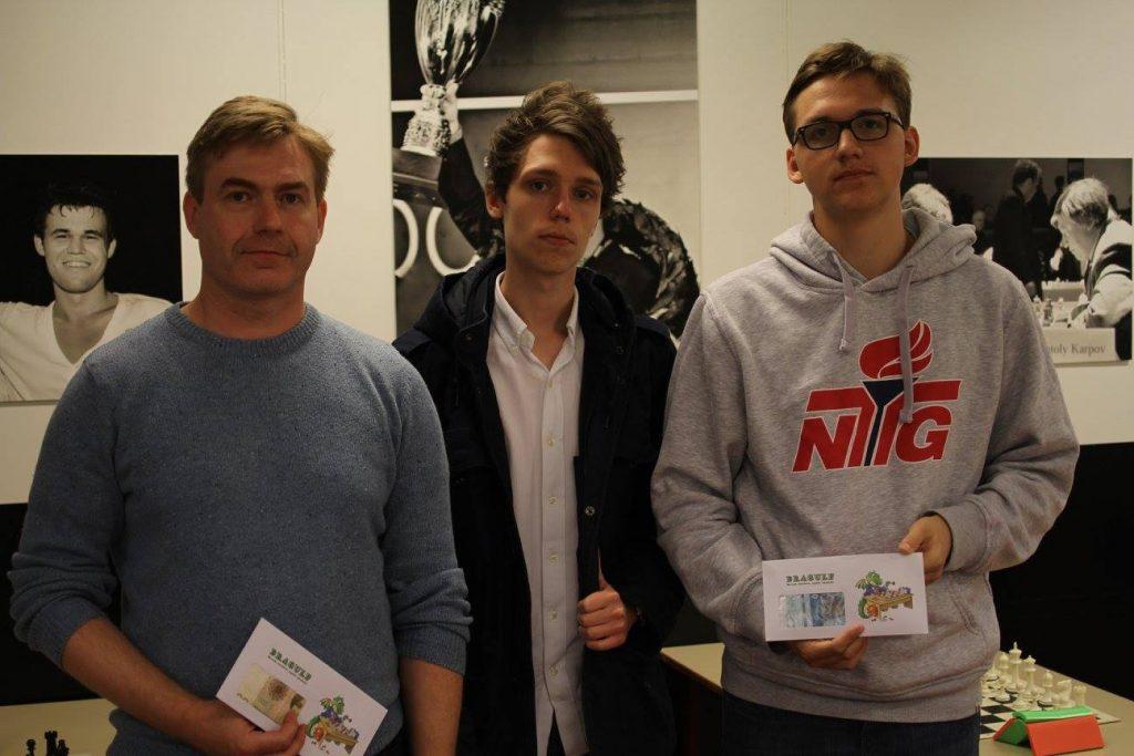 VINNERNE: Johannes Haug (t.h) etter triumfen på NTG, sammen med toer Anders Jobber og Timofey Galinsky. Foto: Olga Dolzhykova/stormester.no