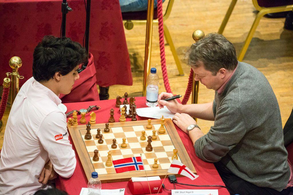 REMIS: Aryan Tari står med 2,5 av 3 poeng på Isle of Man etter remis mot Nigel Short tirsdag. Foto: Maria Emelianova/chess.com