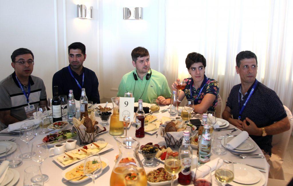 Peter Svidler på bord sammen med Aryan Tari og far Siamak. Foto: http://tbilisi2017.fide.com