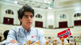 KLATRER: Aryan Tari med god prestasjon på Isle of Man. Her i 8. runde mot Francisco Vallejo. Foto: Maria Emelianova/chess.com