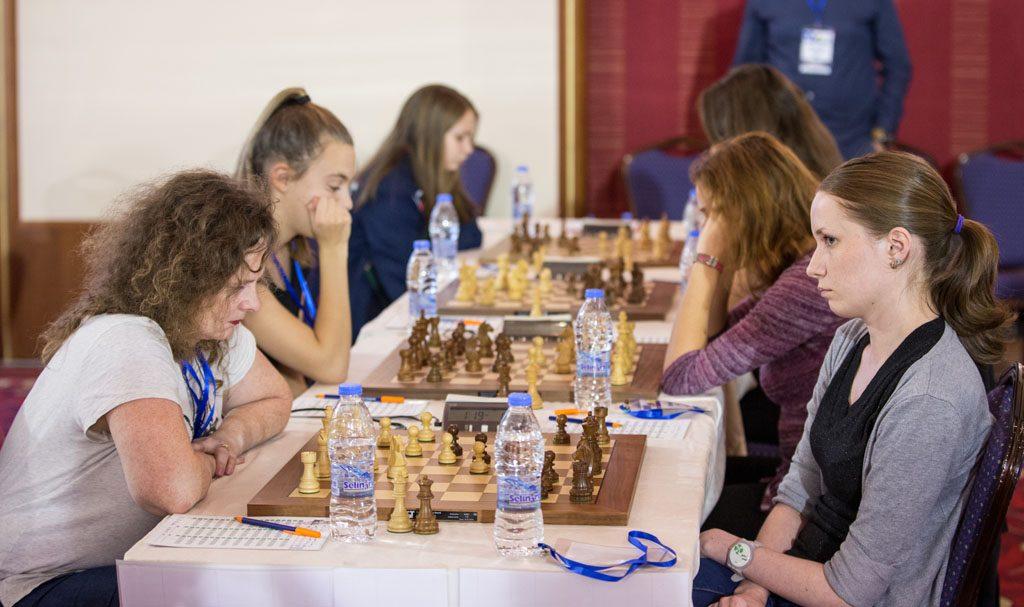 STRÅLER: Det norske kvinnelaget anført av veteranen Sheila Barth Sahl slo Kroatia og vant sin første kamp på Kreta. Foto: Maria Emelianova/chess.com