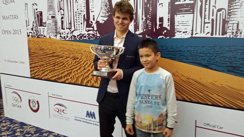 TALENT: Nodbirek Abdusattorov sammen med Magnus Carlsen på avslutningen av Qatar Masters Open i 2015. Foto: Tarjei J. Svensen