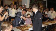 SEIER: Magnus Carlsen med seier over Singapors mester Kevin Wei Ming Goh.