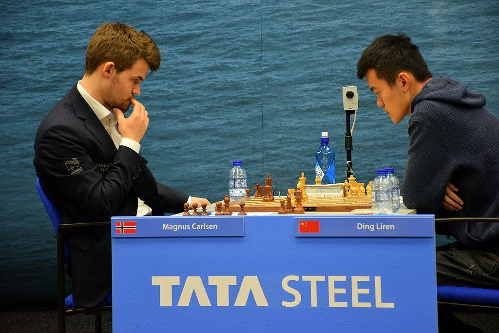 MATCH: Magnus Carlsen har bare møtt Ding Liren to ganger, begge partiene har endt med remis. Her fra Wijk aan Zee i 2016. Foto: Yerazik Khachatourian