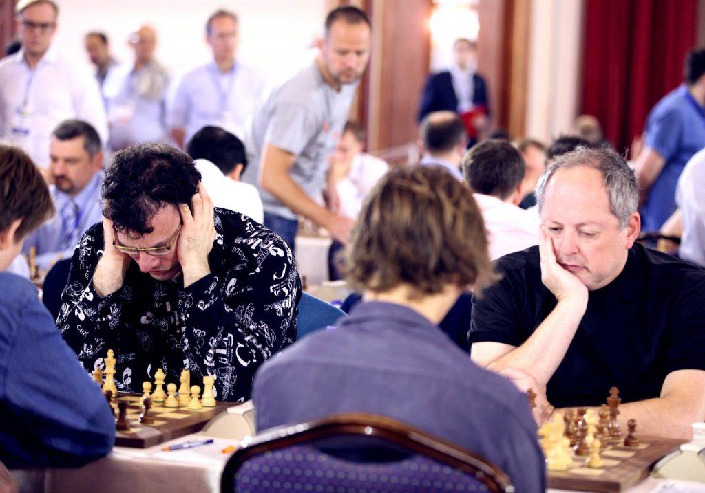 ACP-PRESIDENT: Både Emil Sutovsky (t.v) og Ilia Smirin (t.h) måtte slite mot henholdsvis Johan-Sebastian Christiansen og Benjamin Arvola Notkevich på tredje- og fjerdebord. Foto: Anastasiya Karlovich