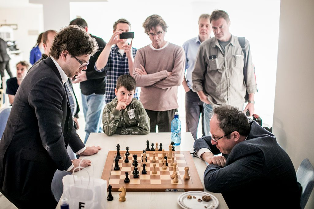 ANALYSE: Jon Ludvig Hammer i analyse med Boris Gelfand. Foto: Valery Belobeev/World Chess