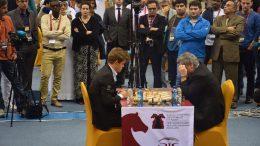 Magnus Carlsen i møtet med Vasily Ivanchuk i VM i lynsjakk i Qatar i fjor. Foto: Tarjei J. Svensen