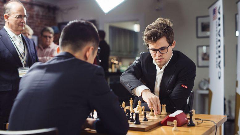 UTKLASSING: Magnus Carlsen med knusende seier over Ding Liren i St. Louis. Her fra lynsjakken mandag. Foto: Lennart Ootes/St Louis Chess Club