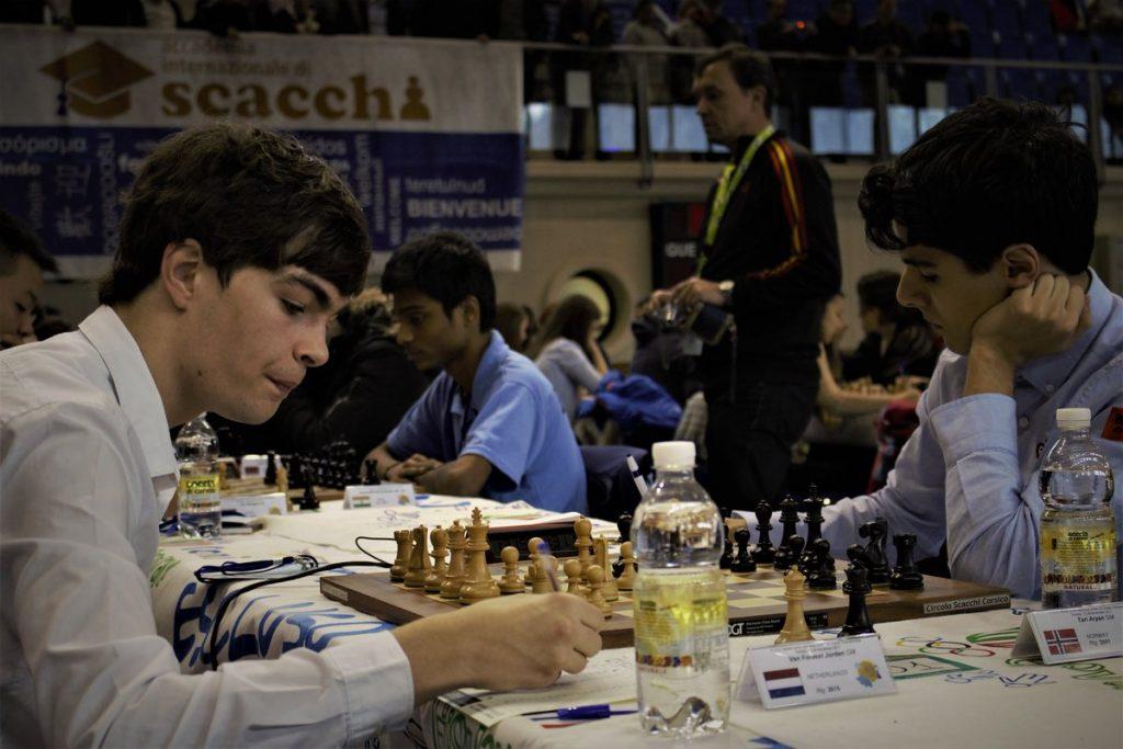 AVGJØRELSEN: Jorden van Foreest - Aryan Tari i siste runde av Junior-VM 2017. Foto: Romualdo Vitale