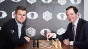 LONDON: Magnus Carlsen under annonseringen av storbyen som åsted for VM-matchen i 2018. Her sammen med London Evening Standards redaktør, George Osborne. Foto: World Chess