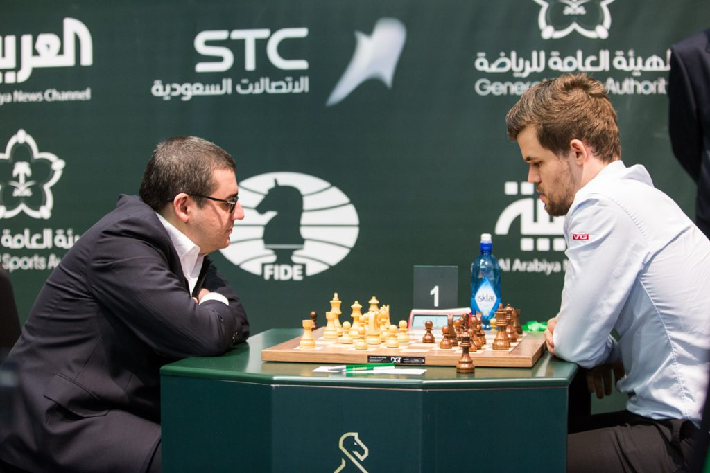 Magnus Carlsen vant dagens første oppgjør mot Sergei Movsesian i 6. runde av VM i hurtigsjakk. Foto: Maria Emelianova/chess.com