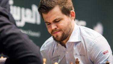 NEDTUR: Magnus Carlsen med tap for Viswanthan Anand i 9. runde av VM i hurtigsjakk. Foto: Maria Emelianova/chess.com