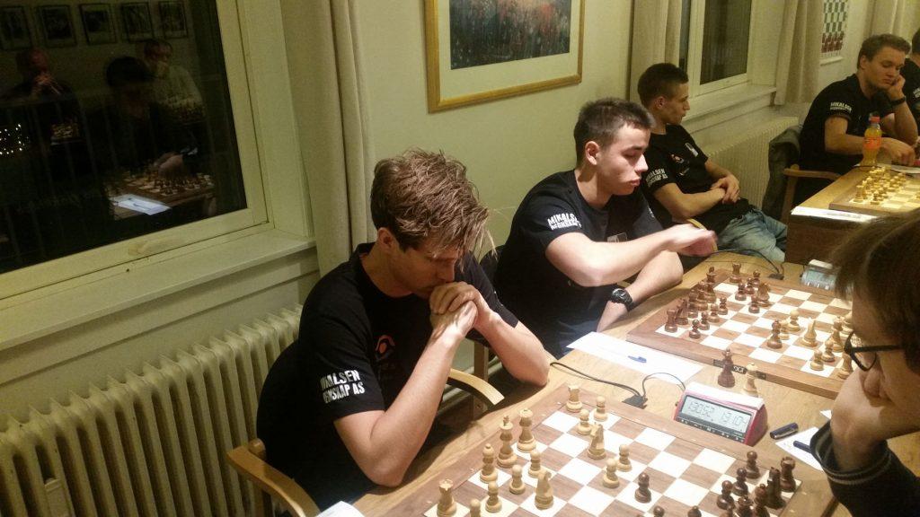 Altas førstebordsspiller Benjamin Arvola Notkevich tapte for Erik Blomqvist fredag, men tok 1,5 av 2 lørdag og søndag. Foto: Henrik Sjøl