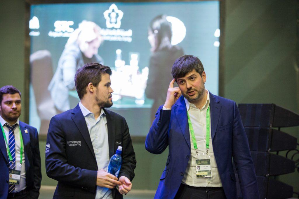 Magnus Carlsen og Peter Svidler etter remisen i 8. runde i VM i hurtigsjakk i Riyadh. Foto: Maria Emelianova/chess.com