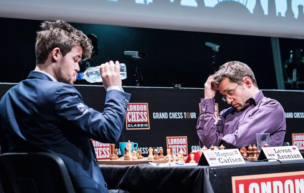 Levon Aronian innser sitt 15. nederlag mot Magnus Carlsen på 55 partier. Foto: Lennart Ootes/Grand Chess Tour