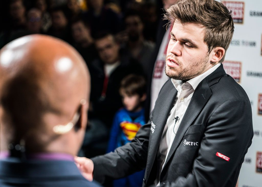 SUR: Magnus Carlsen var svært misfornøyd under intervjuet med Maurice Ashley etter å ha tapt for Ian Nepomniachtchi. Foto: Lennart Ootes/Grand Chess Tour