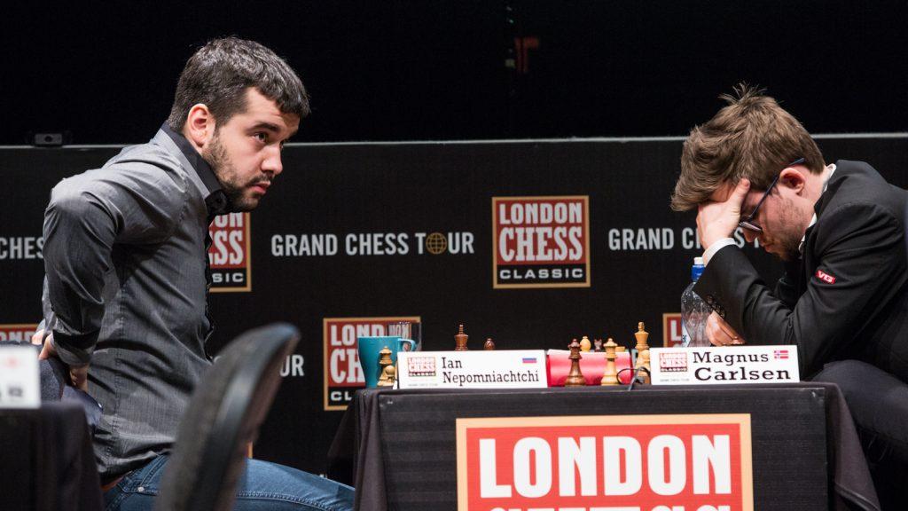 SJOKKTAP: Magnus Carlsen innser tabben mot Ian Nepomniachtchi. Foto: Maria Emelianova/chess.com