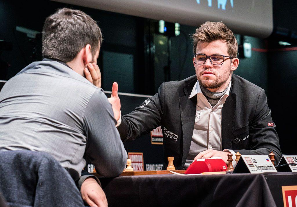 OPPGITT: Magnus Carlsen gir opp mot Ian Nepomniachtchi i London Chess Classic. Foto: Lennart Ootes/Grand Chess Tour