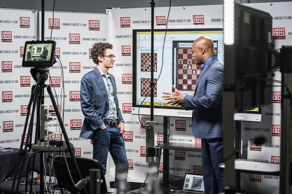 LEDER: Fabiano Caruana intervjues av Maurice Ashley etter seieren over Viswanathan Anand. Foto: Lennart Ootes/Grand Chess Tour