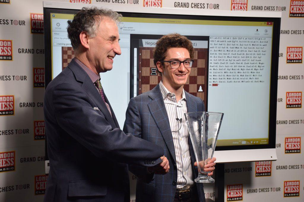 SEIERHERRE: Fabiano Caruana fikk trofeet fra London Chess Classic-general Malcolm Pein. Foto: Tarjei J. Svensen