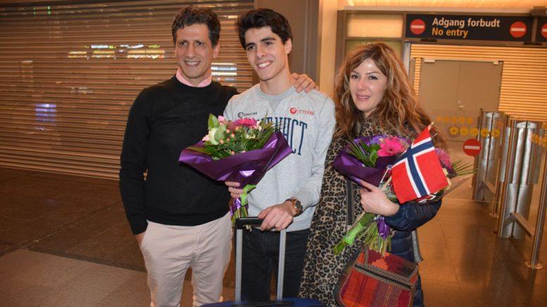 ENDELIG: Pappa Siamak og mamma Faranak med Aryan Tari på Gardermoen. Foto: Tarjei J. Svensen