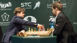 OPPGITT: Vladimir Fedoseev gir opp det dramatiske partiet mot Magus Carlsen i 11. runde i VM i hurtigsjakk. Foto: Maria Emelianova/chess.com