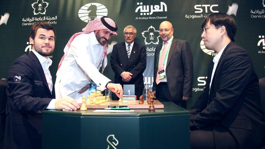 NEDTUR: Magnus Carlsen med nytt tap for Bu Xiangzhi i 1. runde av VM i hurtigsjakk i Riyadh. Foto: FIDE