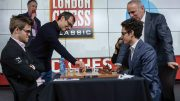 FØRSTETREKK: Demis Hassabis, sjefen for AI-selskapet DeepMind gjør førstetrekket sammen med Garry Kasparov. Foto: John Saunders