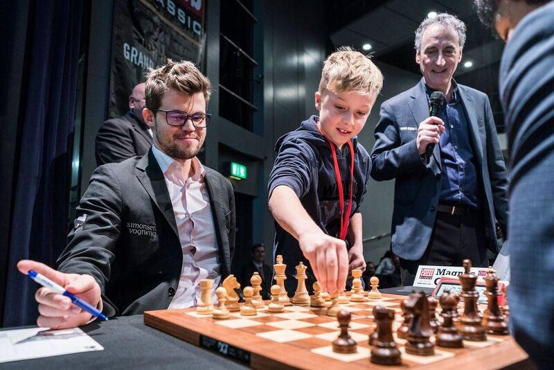 ÅPNING: Magnus Carlsen lot for første gang bonden stå etter at åpningstrekket ble utført for ham. Foto: Lennart Ootes/Grand Chess Tour