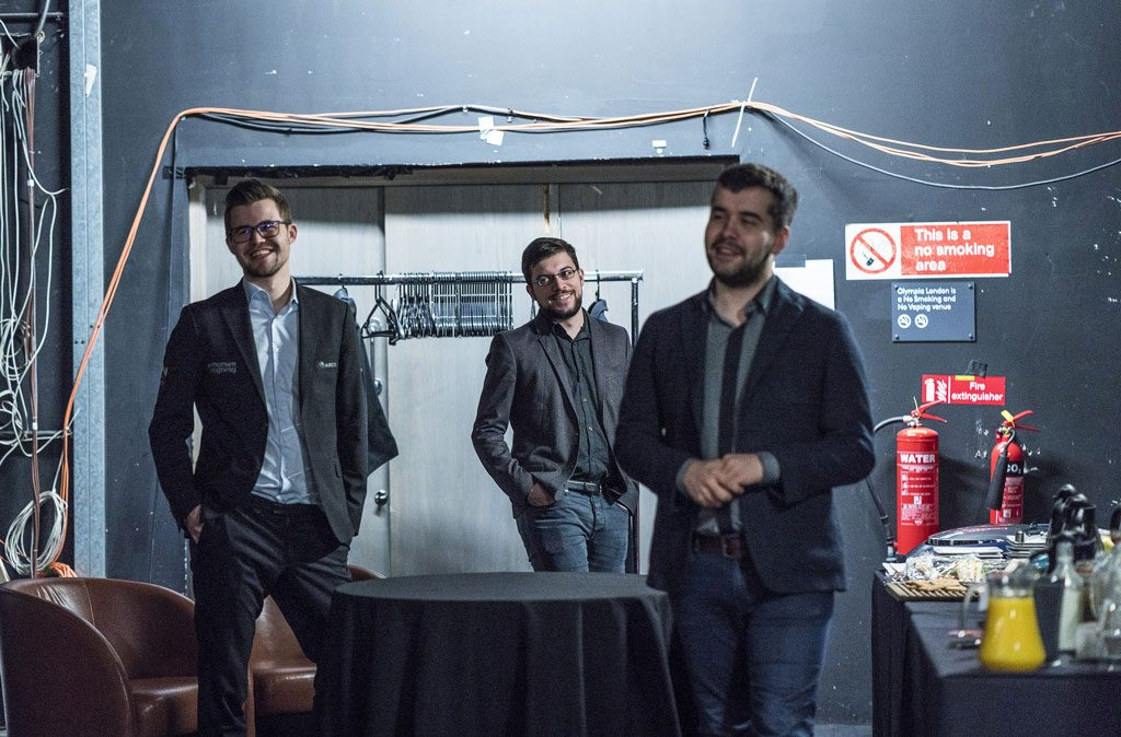 UBESEIRET: Magnus Carlsen, Maxime Vachier-Lagrave og Ian Nepomniachtchi i godt humør etter at de alle er ubeseiret etter tre runder av London Chess Classic. Foto: Lennart Ootes/Grand Chess Tour