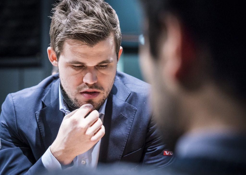 SYK: Magnus Carlsen pådro seg en forkjølelse på fridagen torsdag. Her fra møtet med Hikaru Nakamura fredag. Foto: Lennart Ootes/Grand Chess Tour